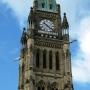 Một phần của đỉnh tháp Hòa Bình với ba trong bốn con grotesque. Tháp được xây từ băm 1919 đến 1927 để tưởng niêm hơn 65 ngàn quân nhân chết trong Thế Chiến thứ Nhất.