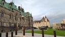 Từ ngoài cổng nhìn vào, ở một góc dường như cuối lâu đài quốc hội giáp vào lâu đài Laurier.
