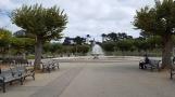 quảng trường trong Golden Gate Park có một cậu bé Á châu ngồi phác họa cái gì đó, bồn nước phun, có lẽ