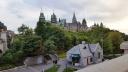 Nhà quốc hội nhìn từ lâu đài Laurier. Bên cạnh kênh Rideau là chỗ bán vé đi xem cảnh Ottawa bằng tàu.