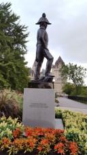 Tượng đài của ông John By, chức vụ Thiếu Tá hay Đại Tá tùy theo chỗ thông tin. Ông là một trong những người sáng lập ra thủ đô Ottawa. Tên ông gắn liền với lịch sử, khắp nơi du khách sẽ nhìn thấy họ By ghép vào địa danh, thí dụ như Byward market là khu phố chợ mang họ By.