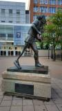 Terry Fox bị bệnh ung thư từ năm 13 tuổi. Anh chạy bộ kêu gọi sự chú ý của công chúng gây quỹ giúp trẻ em bị bệnh ung thư. Công trình của anh thành công rực rỡ được tưởng nhớ. Anh qua đời năm 28 tuổi. Tượng của anh được thiết lập nhiều nơi.