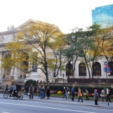 Trước cửa thư viện New York