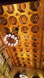 Huy hiệu trên trần nhà. Hướng dẫn viên có giải thích nhưng tôi không nhớ đó là huy hiệu của tiểu bang hay của các vị lãnh tụ vua chúa bá tước công tước của triều đại anh
