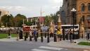 Cổng vào sân trước tòa nhà Quốc hội có những trụ làm theo hình các con cờ (chess)