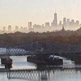 Buổi sáng đi làm, lúc này trời tối, vào đến sở có khi mặt trời chưa lên. Nhìn ra cửa sổ thấy sương mù che khuất chân trời tạo thành khoảng cách giữa bầu trời Manhattan và Newark. Cửa kính hơi bẩn nên nhìn thấy những vết bụi bám đầy.
