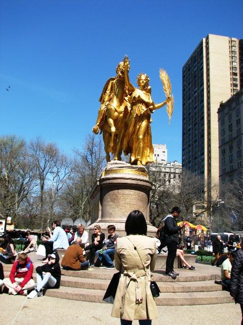 Bức tượng ở ngay cổng vào Central Park