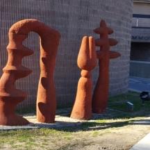 Một nhóm tượng điêu khắc ở góc sân Đại học Long Island