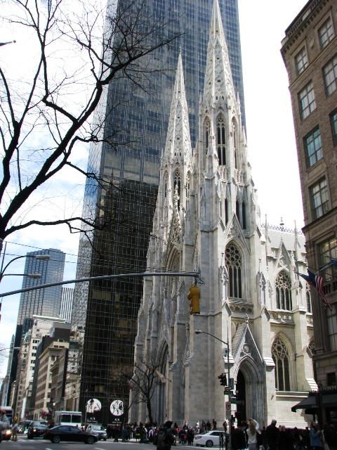 một góc bên ngoài của St. Patrick Cathedral