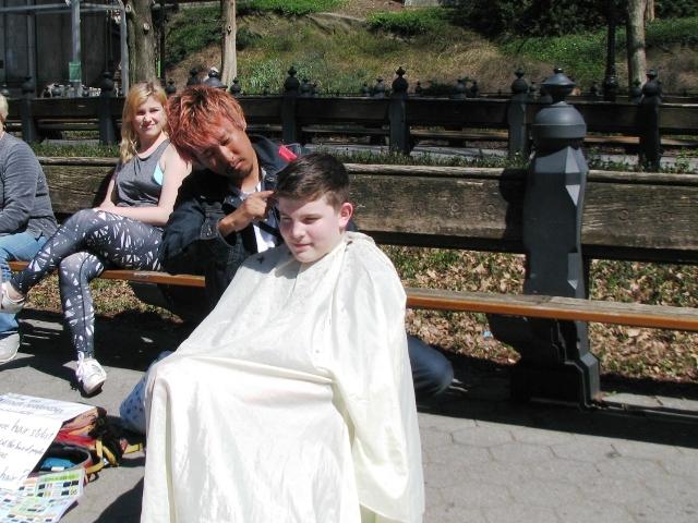 người cắt tóc đi khắp thế giới