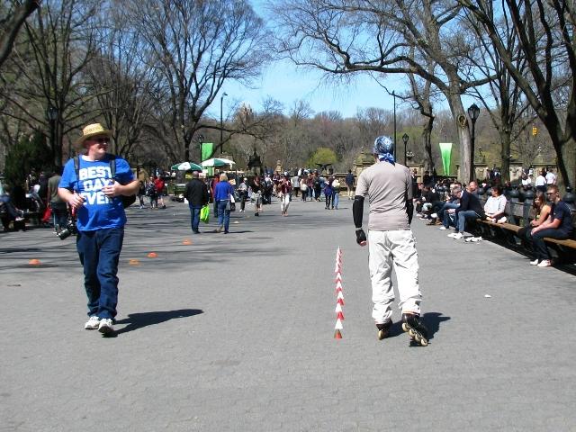 người roller skate qua các chướng ngại vật