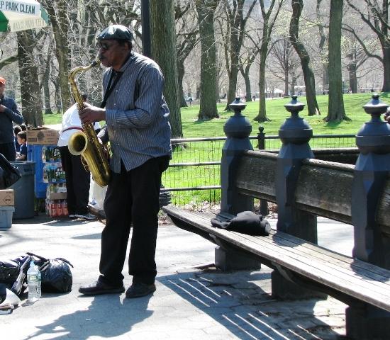 người thổi kèn saxophone