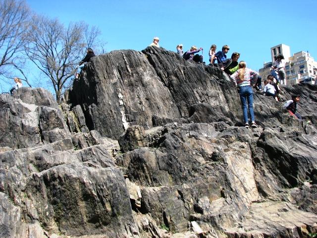 nghe nói đây là núi đá giả làm bằng xi măng