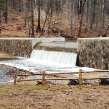 Đập ngăn nước sau cơn mưa to nước trào ra thành cái thác nhỏ