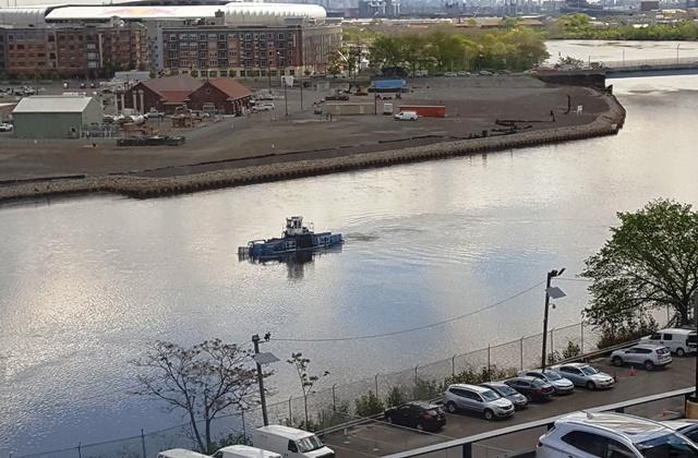 có chiếc tàu đi trên sông