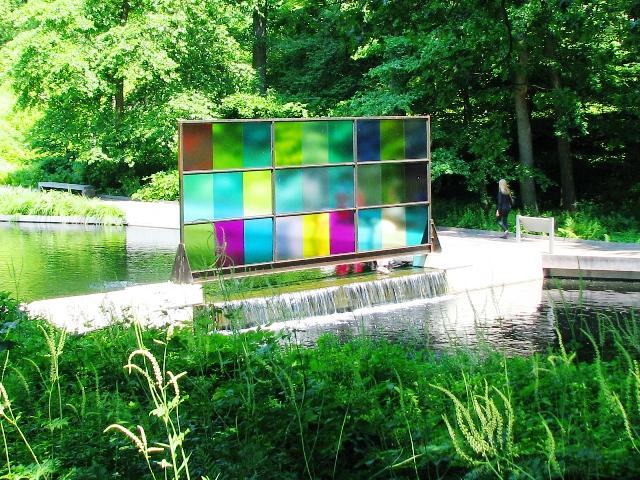 Bảng kính màu phản chiếu ánh sáng thiên nhiên