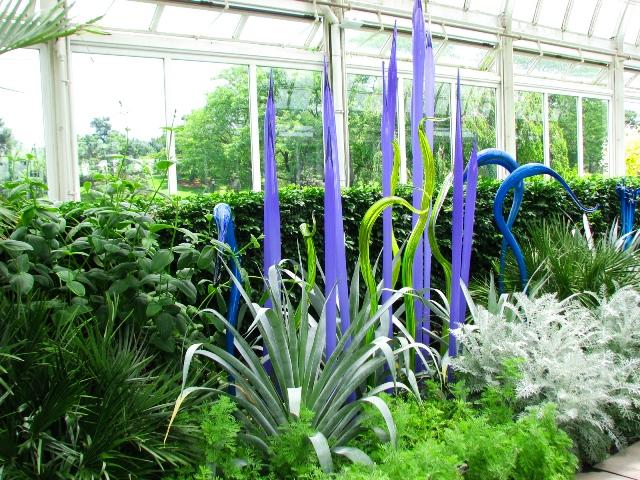 những cây lao thủy tinh màu tím và xanh