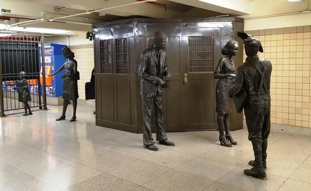 những bức tượng kể lại chuyện thời xưa khi bắt đầu thành lập trạm bán vé xe lửa