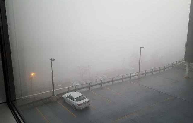 sông và bãi đậu xe trong sương mù