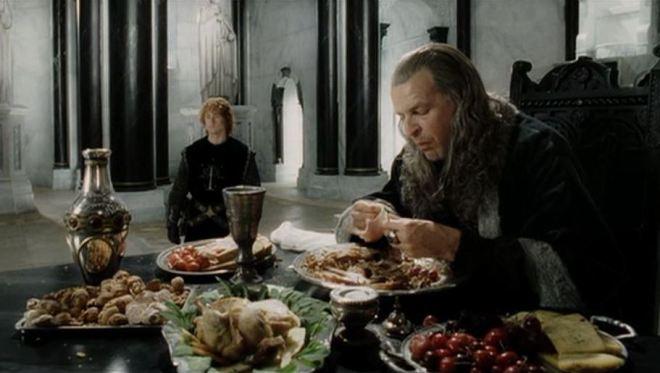 Denethor ăn còn Pippin đứng hầu