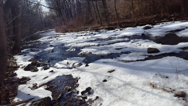 tuyết phủ trên suối