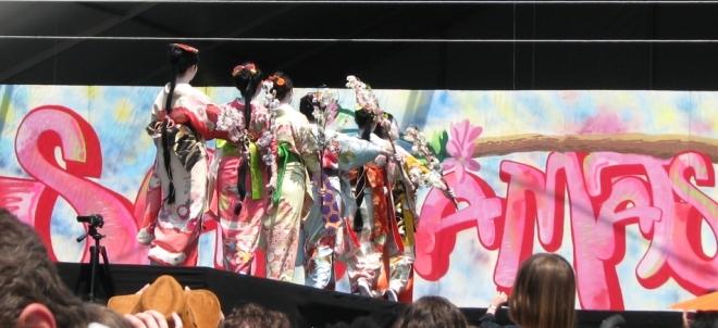 điệu múa mừng mùa hoa đào nở