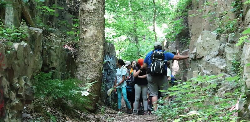 một nhóm học sinh hiking với thầy giáo