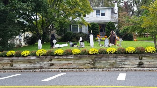 Trang trí Halloween nhìn thấy trên đường đi bộ